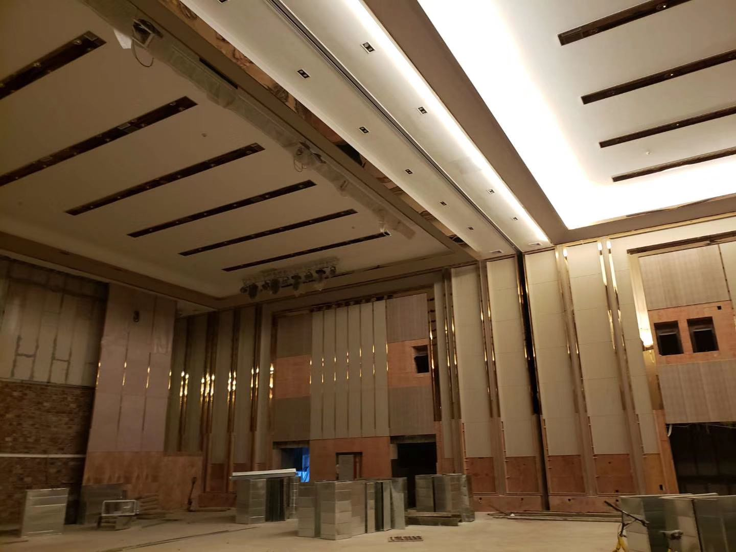 9 m high partition wall for hotel is installed